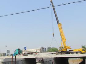 古城台儿庄:长安桥拓宽工程完成桥板吊装(图)