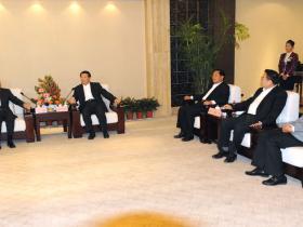 台儿庄古城:姜大明会见王毅一行 陈伟陪同(图)