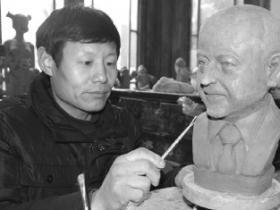 """台儿庄古城:""""泥人刘""""让泥塑时尚起来"""