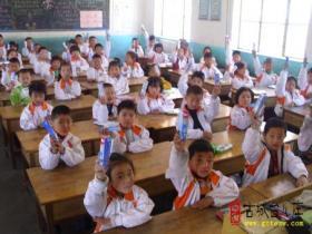 台儿庄区西关小学向学生发放宝洁口腔健康用品(图)