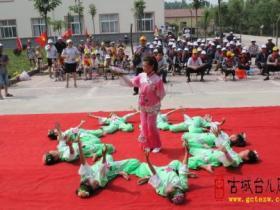 老少同乐庆六一——马兰屯镇刘湖小学师生与敬老院老人联欢(图)