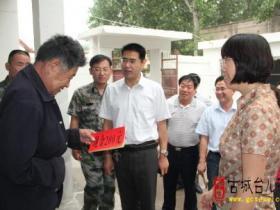 台儿庄区委宣传部长王忆青到运河街道调研(图)