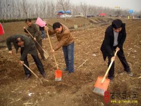 台儿庄区文广新局到张山子镇义务植树(图)
