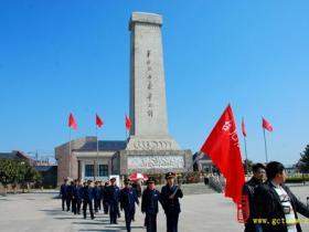 台儿庄区党政军机关干部到烈士陵园缅怀先烈(图)