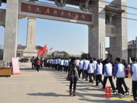 枣庄市峄城区职业中专来台儿庄祭扫烈士墓(图)