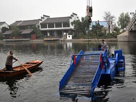 古城台儿庄:对古运河道水草打捞采用机械化作业(图)