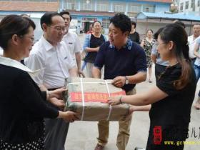 台儿庄区文广新局开展党员干部进社区捐赠图书活动(图)