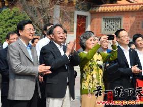 吴邦国偕夫人章瑞珍参观台儿庄古城并题词(图)