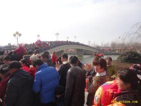 羊年春节第一天:万人涌动台儿庄(图)