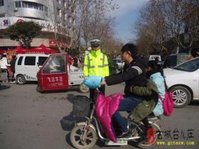 摄影报道:古城台儿庄交通安全的守护者