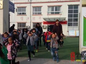 邳庄镇中心幼儿园开展防震疏散演练(图)