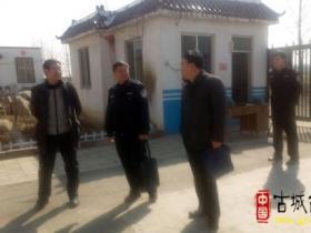 台儿庄区公安分局、教育局到张山子镇半楼小学检查安全工作(图)