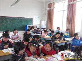 涧头集镇教委领导赴顿东小学进行教学业务检查(图)
