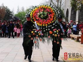 台儿庄古城今天举行祭扫无名烈士墓活动(图)