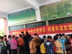 台儿庄邮政支局深入校园推荐图书报刊(图)