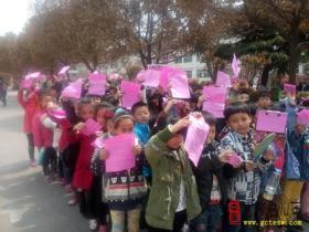 台儿庄区实验小学向全校学生发放《防溺水告家长一封信》(图)
