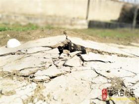 古城台儿庄:一处农田突下陷 周边地面现裂痕(图)