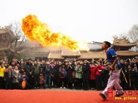 """【图文】台儿庄古城:看飞斧喷火 在这里过年多当一次""""新郎官"""""""