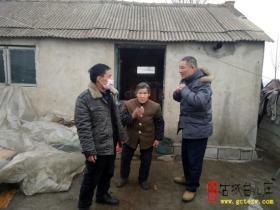 【图文】台儿庄区行政审批服务局节前走访慰问贫困户