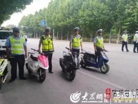 """台儿庄4少年骑摩托""""炸街"""" 被交警处罚(图)"""