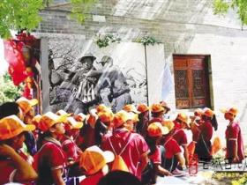 参观台儿庄大战纪念馆 游览古城 300名留守娃乐享关爱和温暖