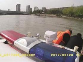 水警拖拽20分救起百公斤男子