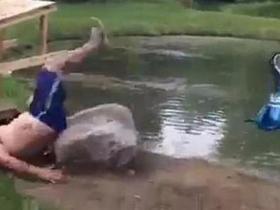 男子骑自行车越池塘未果受伤