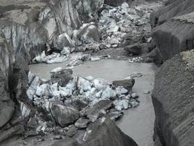 全球变暖致冰川融水改变流向