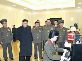 朝媒:金正恩在办公室里弹钢琴