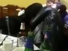 幼儿园园长饭局左搂右抱3女子