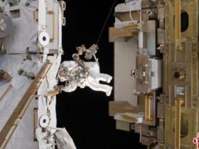 宇航员太空漫步时防护罩飘走