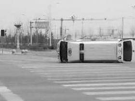 轿车当街撞翻救护车