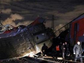 俄罗斯列车相撞脱轨50人受伤