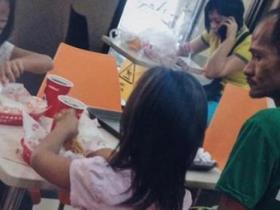 父亲看女儿吃炸鸡自己挨饿