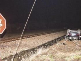 汽车被火车撞飞致2死1伤