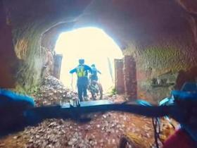 男子废弃矿井骑自行车寻刺激