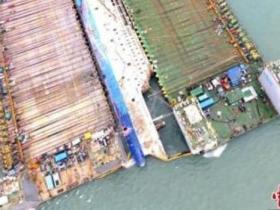 韩世越号沉船被抬至半潜船