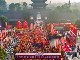 """跑游文旅台儿庄:中国大运河湿地""""兰陵美酒杯""""国际半程马拉松举行"""