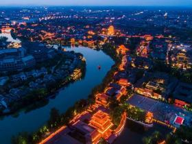 炎炎夏日一起走进夜晚的台儿庄古城,电音泼水、音乐狂欢、坐摇橹船、漫游古城,共度清凉一夏!