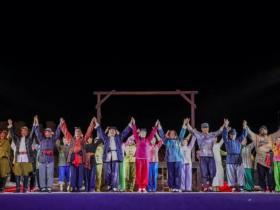 台儿庄古城上演大型柳琴戏《芳林嫂》,为游客奉上戏曲盛宴