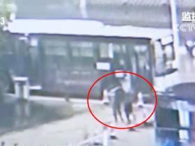公交司机突发病拼尽全力停稳车 热心乘客生死营救