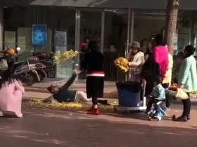 大妈街头为摆Pose拍照 垃圾桶里翻出银杏叶漫天抛