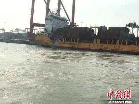 广州南沙港一艘万吨货轮撞上千吨集装箱船