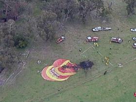 澳大利亚载15名乘客热气球半空中起火迫降 1人伤