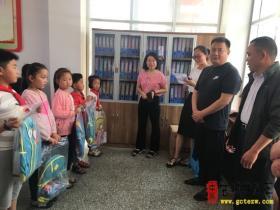 """台儿庄区市场监管局机关党委为15名小学生""""点亮微心愿,实现微梦想"""""""